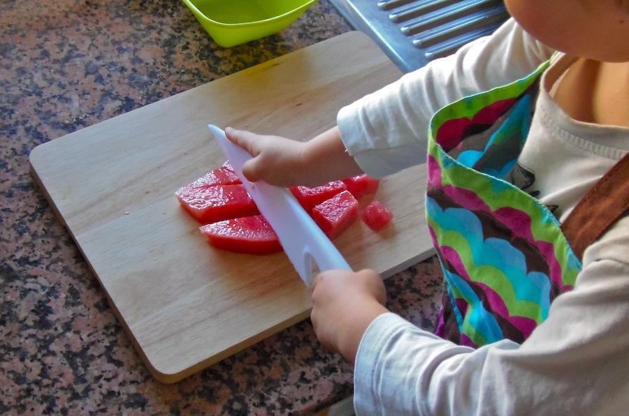 Cortar fruta sin peligro cutting fruit safely montessori en casa - Cuchillos para decorar fruta ...