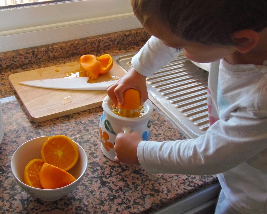exprimiendo naranjas