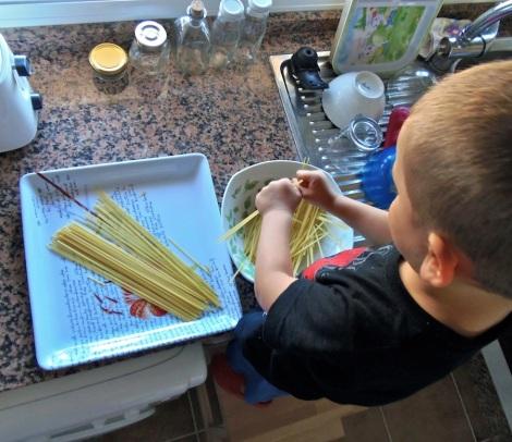 Montessori en Casa: Partir espaguetis - Breaking spaghetti